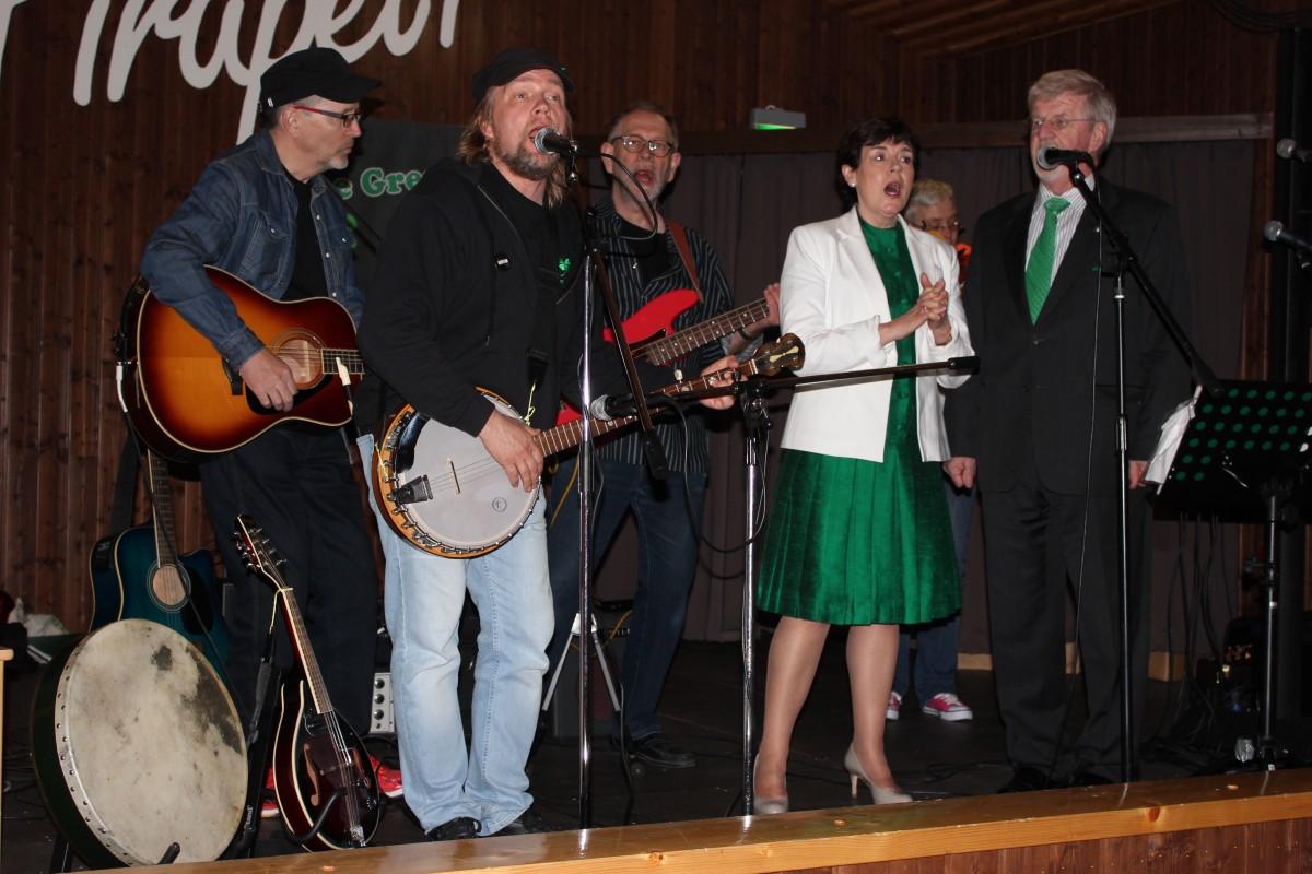 Firapeli Irish -kohokohta viime kesäkuulta: The Green Hope -yhtye sai laulusolisteikseen Irlannin Suomen-suurlähettilään Dónal Denhamin ja hänen puolisonsa Siobhán Denhamin. Kokoonpanon debyyttinä kuultiin Molly Malone.
