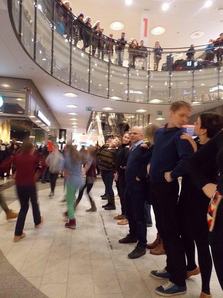 Kansantanssiväki ympäri Suomea järjesti flashmob-esityksiä helmikuun 5. päivä kansantanssin riemuvuoden kunniaksi. Kuva Helsingistä.