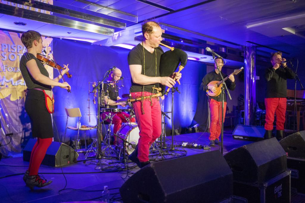Päreen esikoislevyn julkaisukonsertti Folklandialla: Piia Kleemola (vas.), Oskari Lehtonen, Petri Prauda, Jarmo Romppanen ja Tapani Varis. Keikka loppui puoli kolme yöllä. Silminnäkijätodistuksen mukaan Petri oli puolen tunnin päästä siitä soittamassa pubissa Spelmanslager-yhtyeessä ja seuraavana aamuna kymmeneltä lavalla taas kansanmusiikin aineryhmän Tsakatvoy-yhtyeen kanssa.