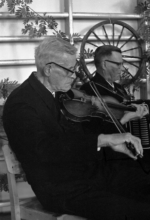 Eemeli Risku Kaustisen kansanmusiikkijuhlilla 1968.