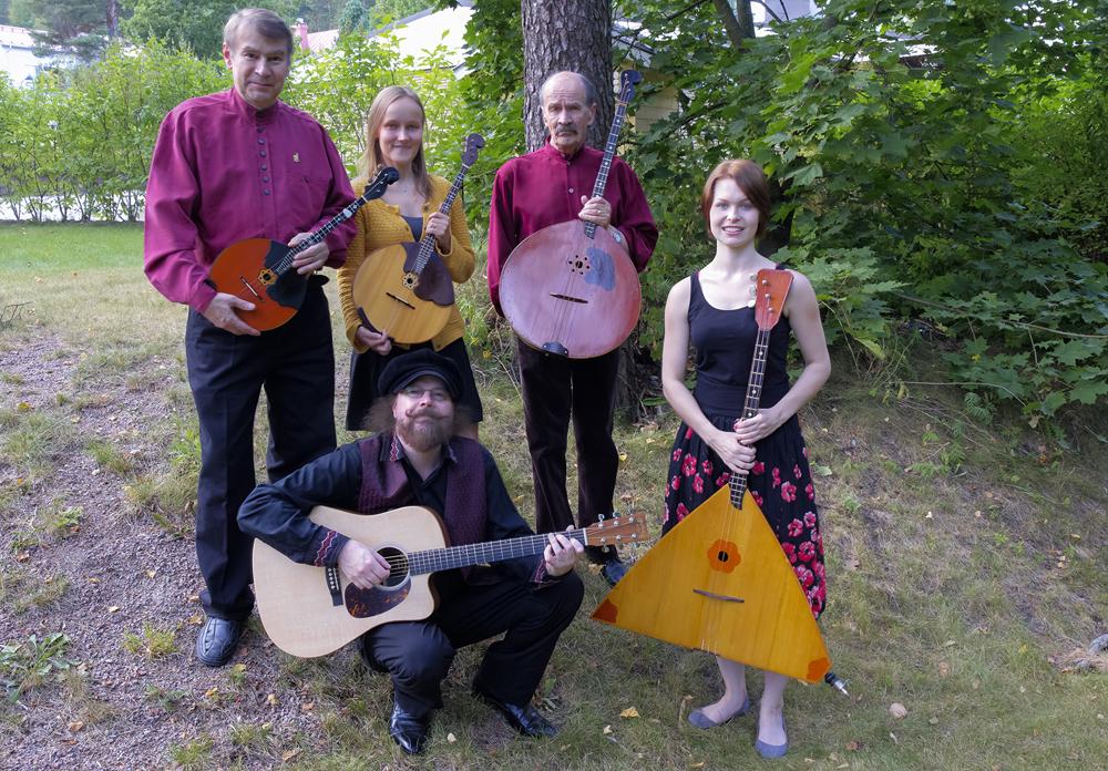 Kansansoitin- ja lauluyhtye Seljanka vuonna 2015. Kari Dahlblom (vas.), Ella Kiviniemi, Johan Knaus, Mikael Elgland ja Saija Hostikka. Kuva Johan Kn