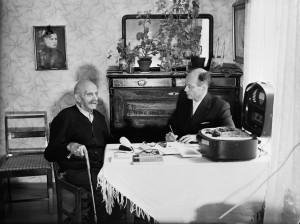 Erkki Ala-Könni nauhoittamassa Juha Pertun laulua Kauhavalla 1957. Kuva: Kansanperinteen arkisto