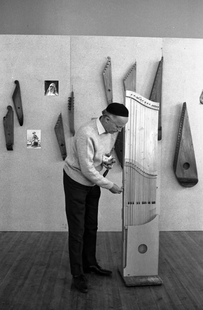 Erkki Ala-Könni soitinnäyttelyssä Kaustisella 1970. Kuva Leo Torppa