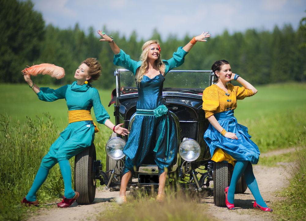Johanna Juhola (vas.) Las Chicas del Tango -yhtyeen kanssa. Myös tässä kokoonpanossa kirkkaat värit ovat valttia, silloin artisti erottuu paikassa kuin paikassa.. Kuva Sami Perttilä