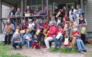 Pekko Käppi on opettanut Vormsin saarella Virossa vuosittain pidettävällä jouhikko-kurssilla monena vuonna. Kuva: Johannes Heikkilä