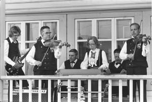 Tastulan pelimannit Tastulan pelimannit 1976: Ari Peltoniemi, Aldevin Peltoniemi, Tapani Peltoniemi, Marjut Peltoniemi, Heimo Peltoniemi, Kari Peltoniemi. Kanteleensoittajat ovat perinteisesti sulautuneet osaksi Tastulan pelimanneja, ja yhtyeen soitossa kuuluu, kuinka lyhyeltä sivulta soitettava perhonjokilaakson tyyli on vaikuttanut kappaleiden melodiakulkuihin ja tämmäykseen. f76_625FMF 1976, kuva Leo Torppa