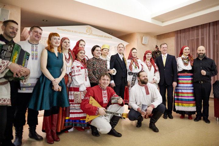 Folk Extremen taiteilijoita vierailulla Venäjän Lipetskissä. Silja Palomäki kolmas vasemmalta.